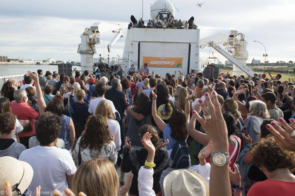 Elena Roger cantó en el barco de Greenpeace en Mar del Plata, Stanich Luma Presente.